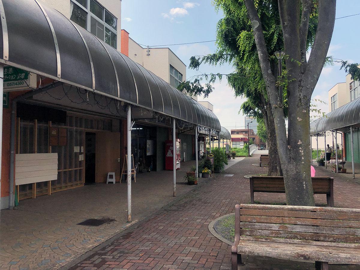 落合団地商店街の一角に位置する「めがね食堂」(写真左)
