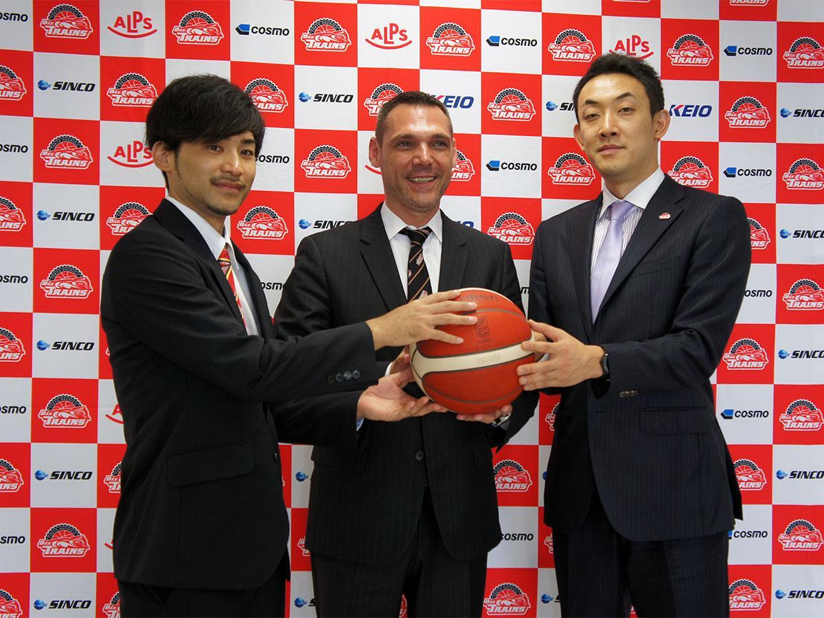 ヘッドコーチを務めるミオドラグ・ライコビッチさん(中央)、キャプテンの大金選手(左)と和田さん