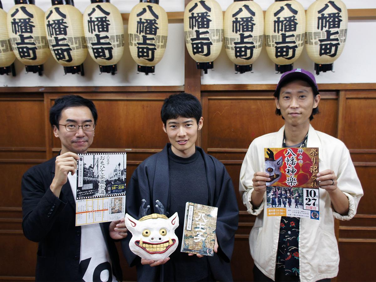 冊子の編さん・装丁を手掛けた戸田さん(中央)と春日さん(左)、フラチナリズムのタケウチさん