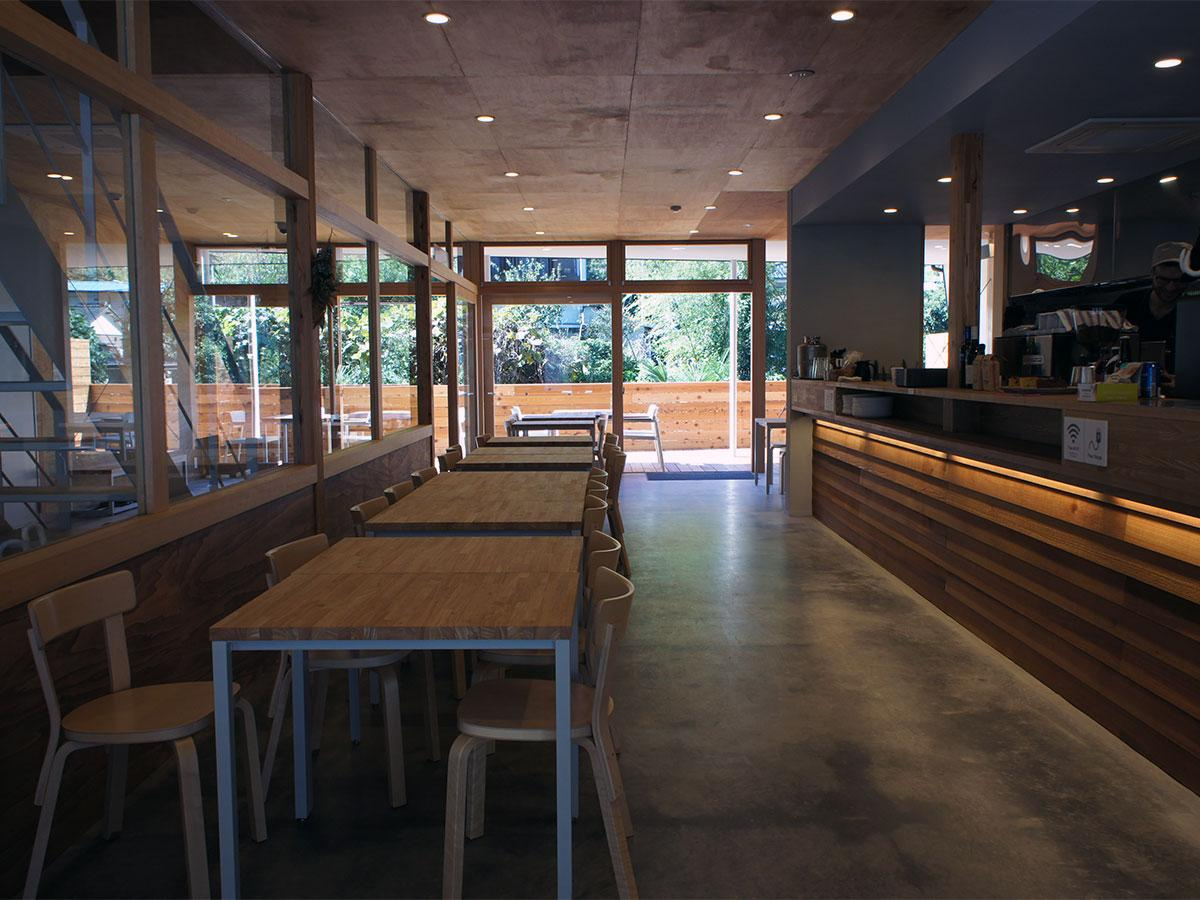 落ち着いた雰囲気のカフェバースペース