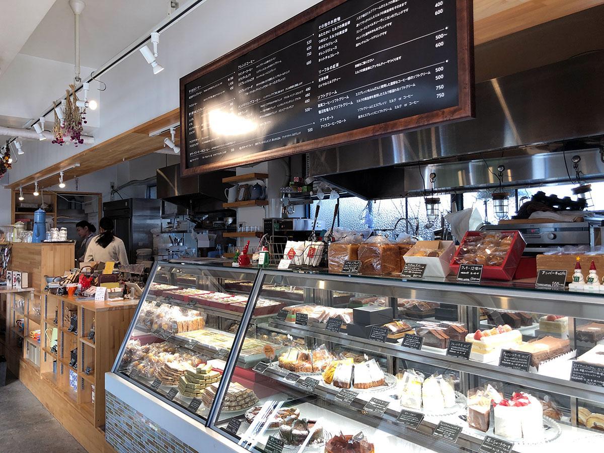 コーヒーの提供に加え、さまざまな菓子も用意する「BASEL ajirochaya店」