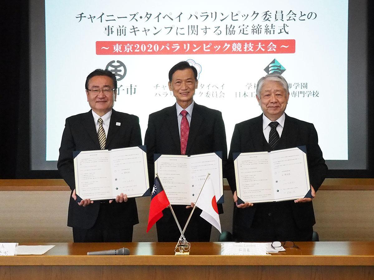 協定書を締結した石森市長(最左)とチームリーダーのジャンさん(中央)、前野校長