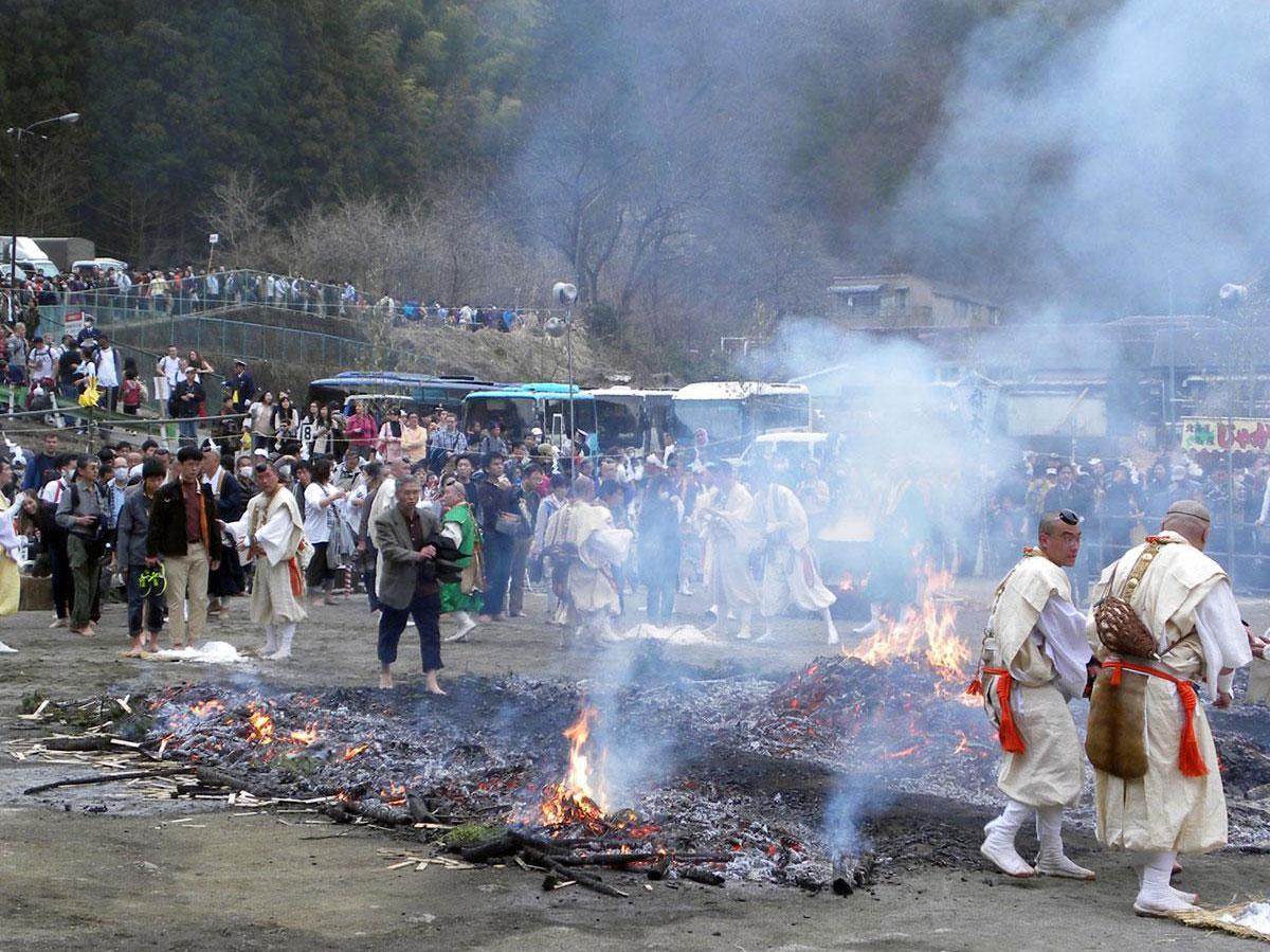 修験者に加え、多くの人が火渡りを行う「高尾山火渡り祭り」