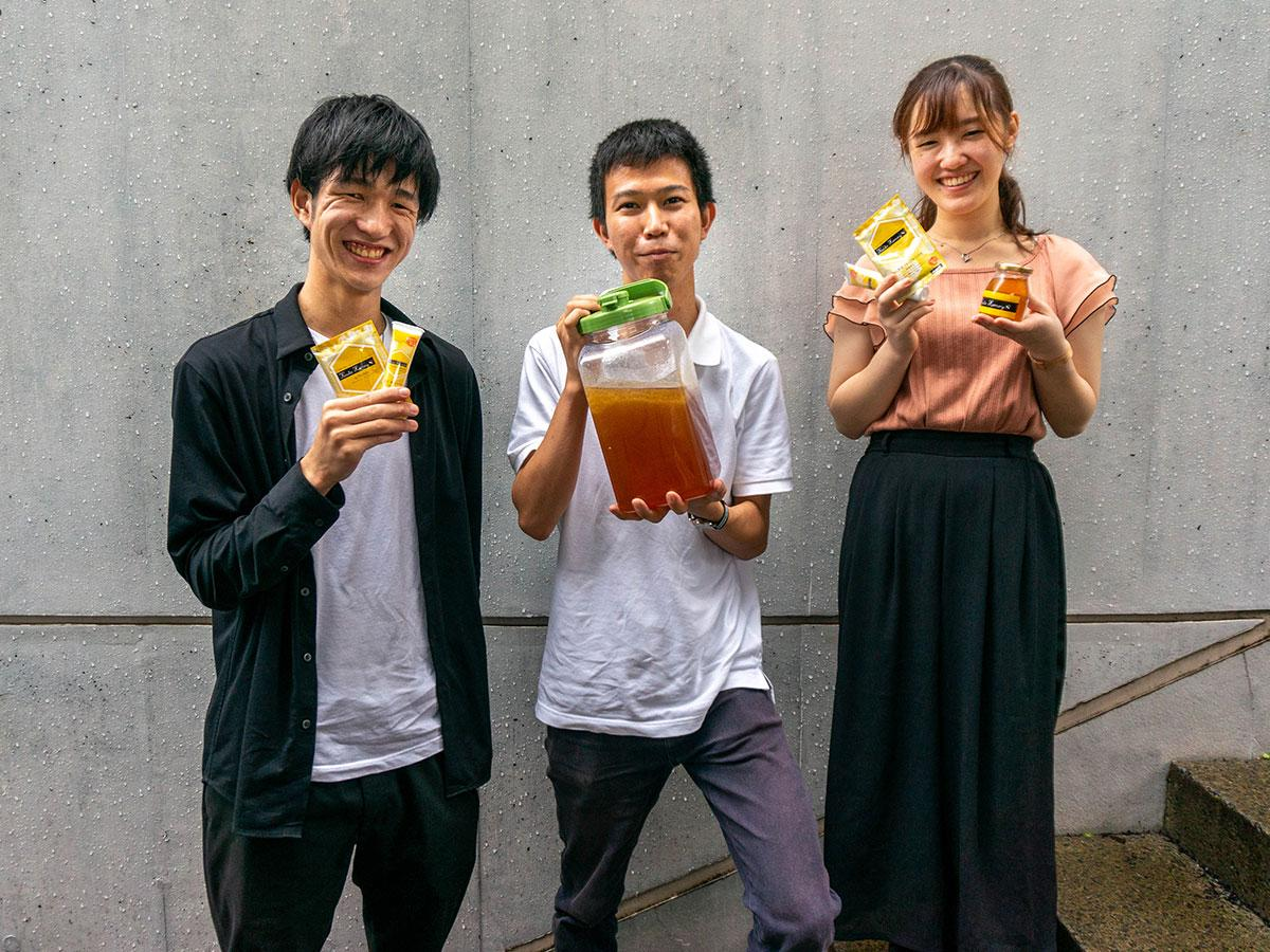 「みつばちプロジェクト」の堂之下さん(写真左)、山本さん、内堀さん(同右)