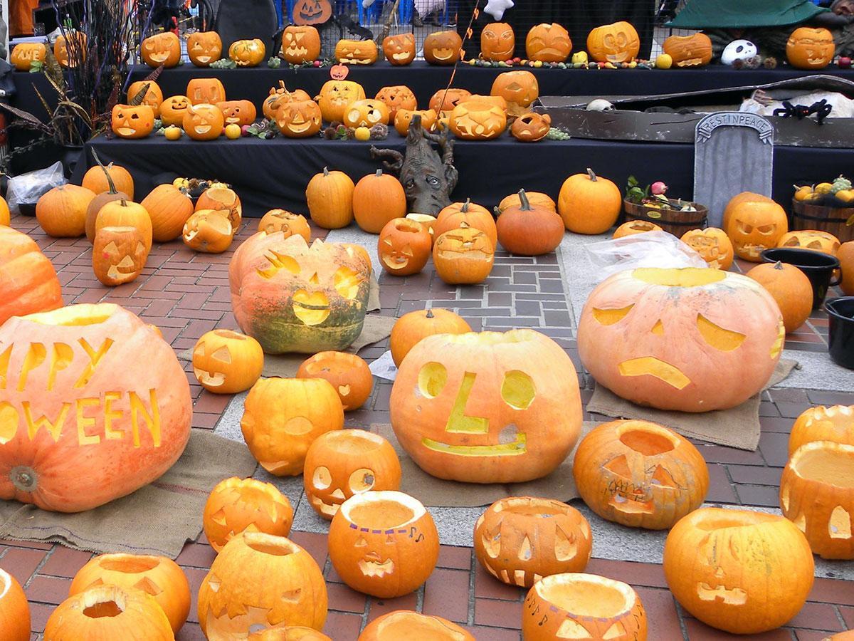 街中に「ジャックオーランタン」が並ぶ「ハロウィン in 多摩センター」