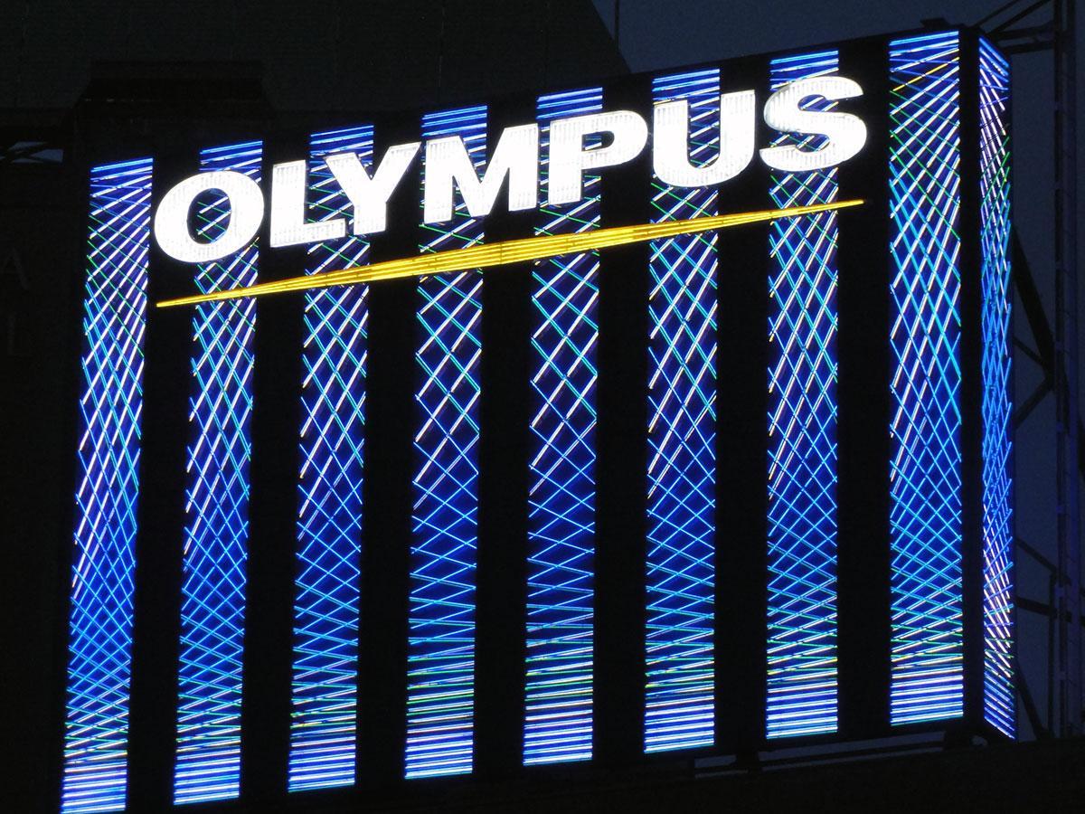 以前、八王子駅前にはオリンパスの企業看板が設置されていたこともあった