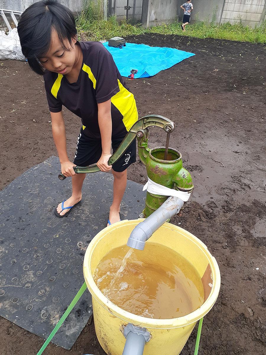 9月は子どもたちも参加して井戸掘りを行った