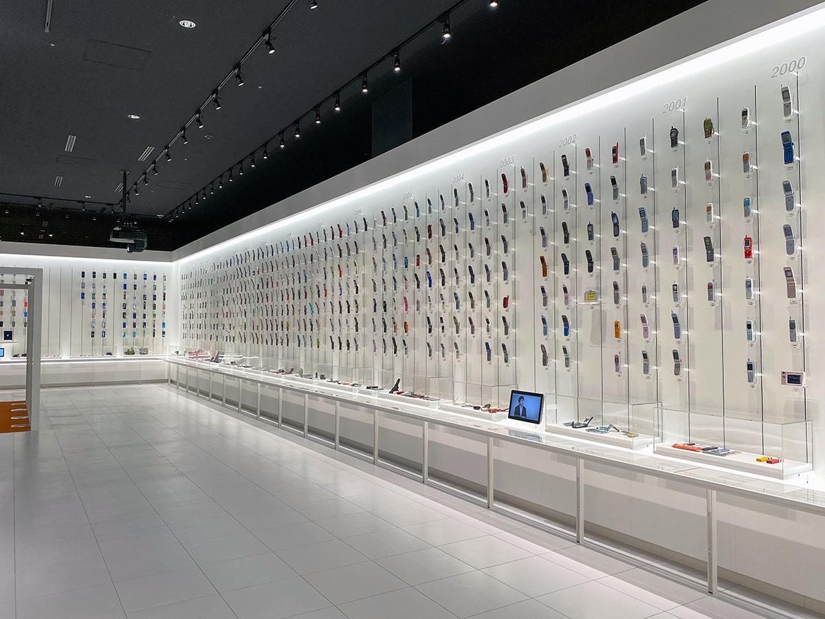 これまでに発売された携帯電話の端末を一堂に紹介する「au Gallery」