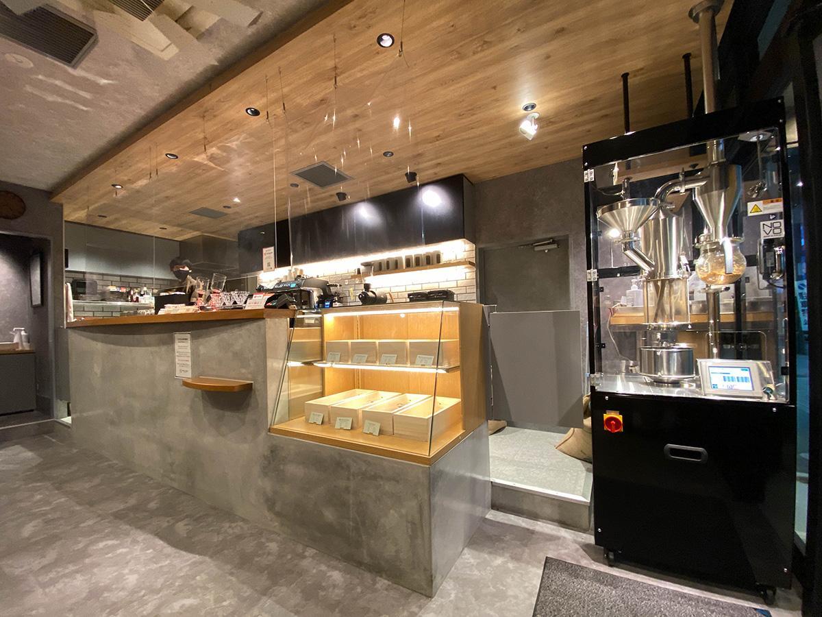 入り口に焙煎機が置かれている「Plaine Coffee」