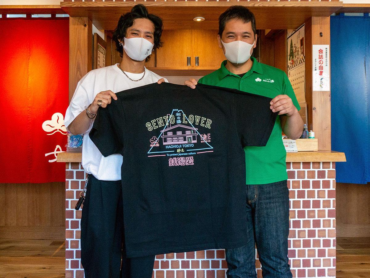 完成したTシャツを手にする三好さん(左)と小嶋さん