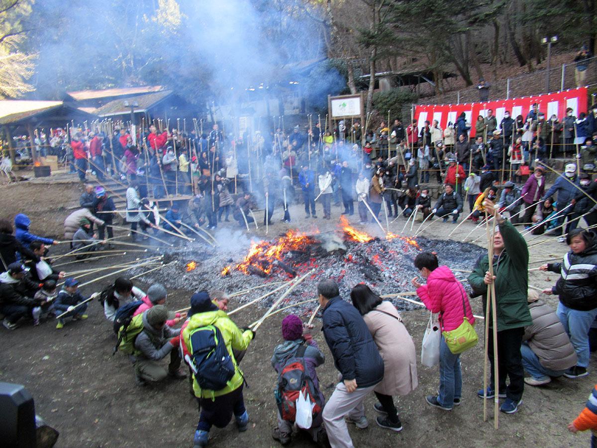 高さ15メートルの「セエノカミ」に火をつけ、その火で団子を焼くのが恒例(写真提供=八王子市)