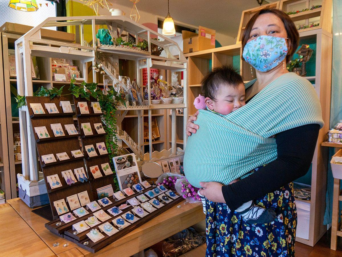 オリジナル抱っこひもを使う吾妻さんと、リターン品にも選ばれたしばさんの作品