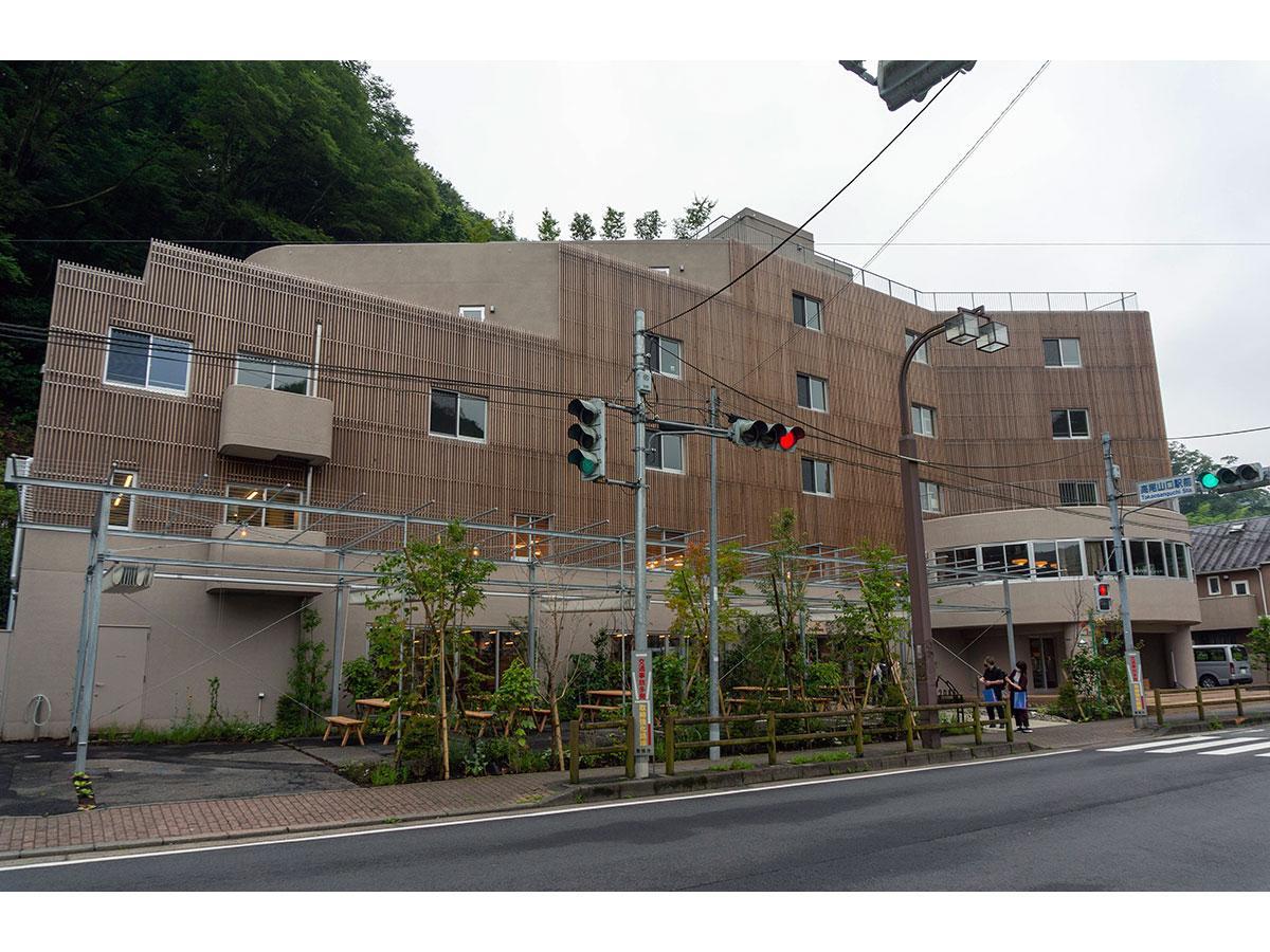 高尾山口駅前に体験型ホテル「タカオネ」 アメニティーに薪