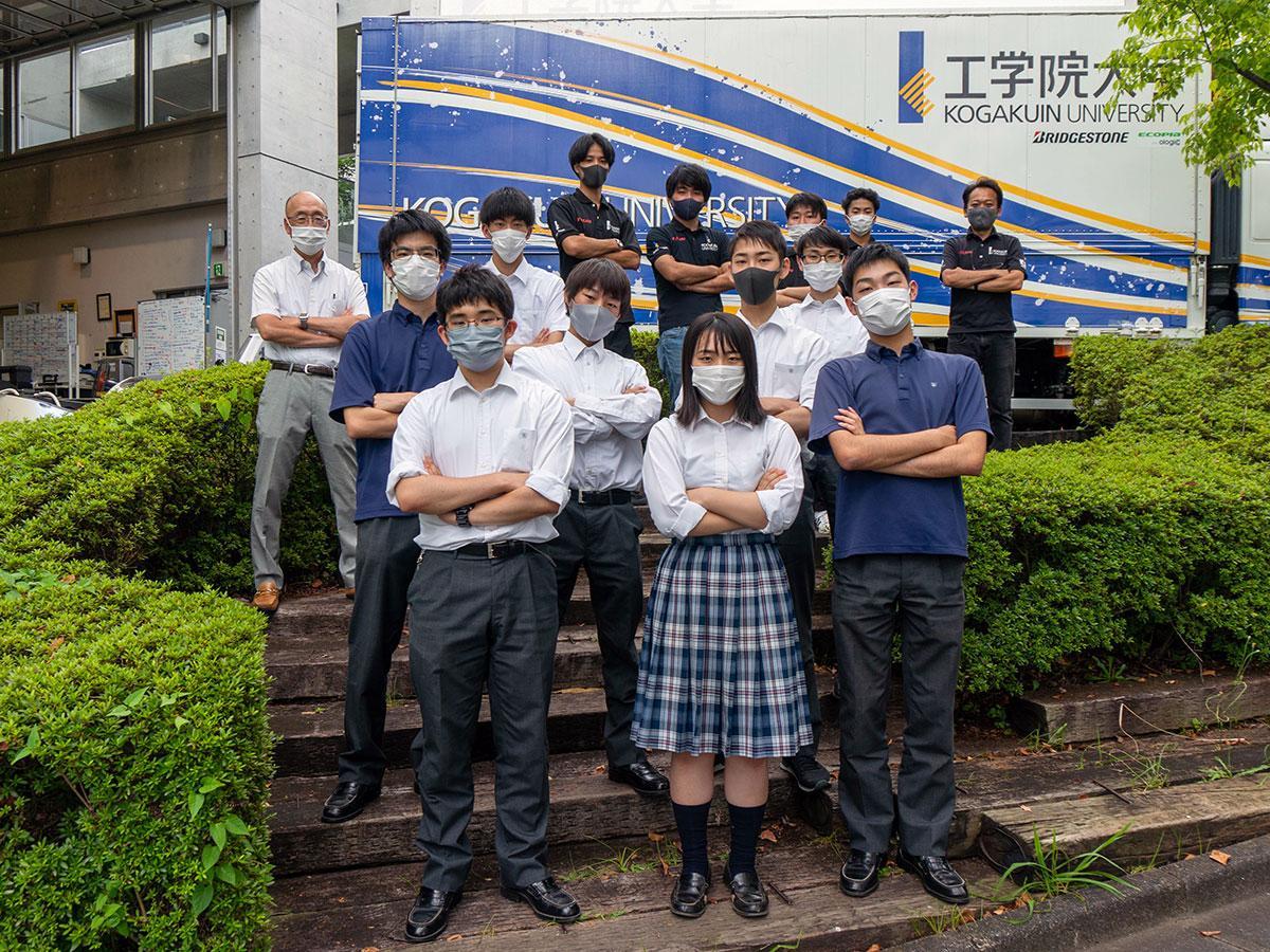 自動車部と大学の「ソーラーチーム」(写真最後列)のメンバー