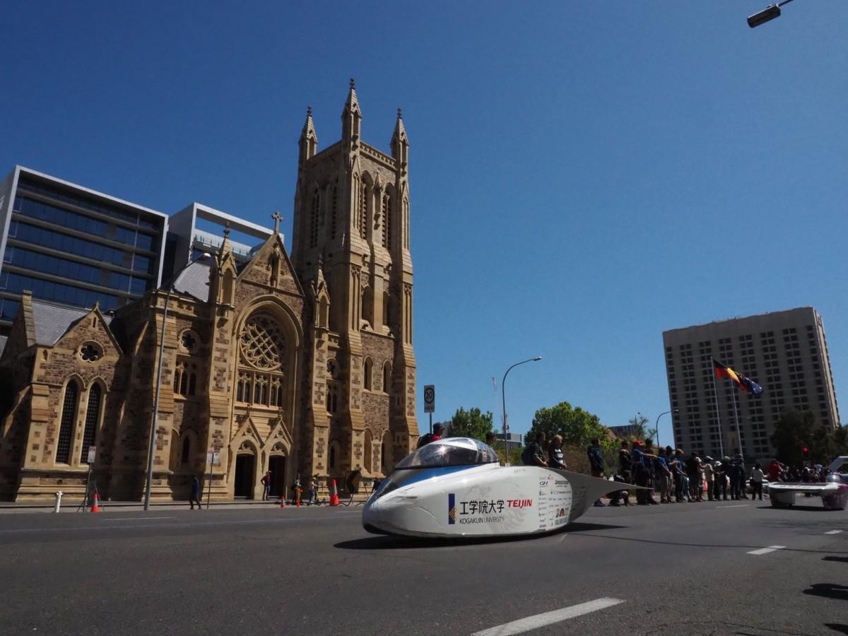 大会最終日、参加車両がアデレード市内をパレードラン