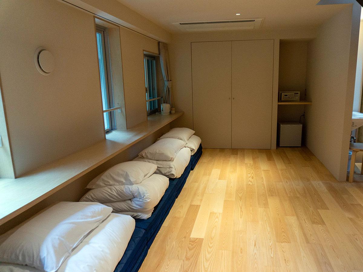 ベッドのほか布団を敷くスペースを用意