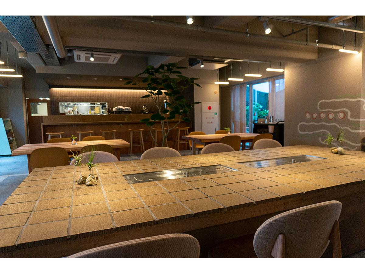 1階には一般にも開放するカフェダイニングを展開