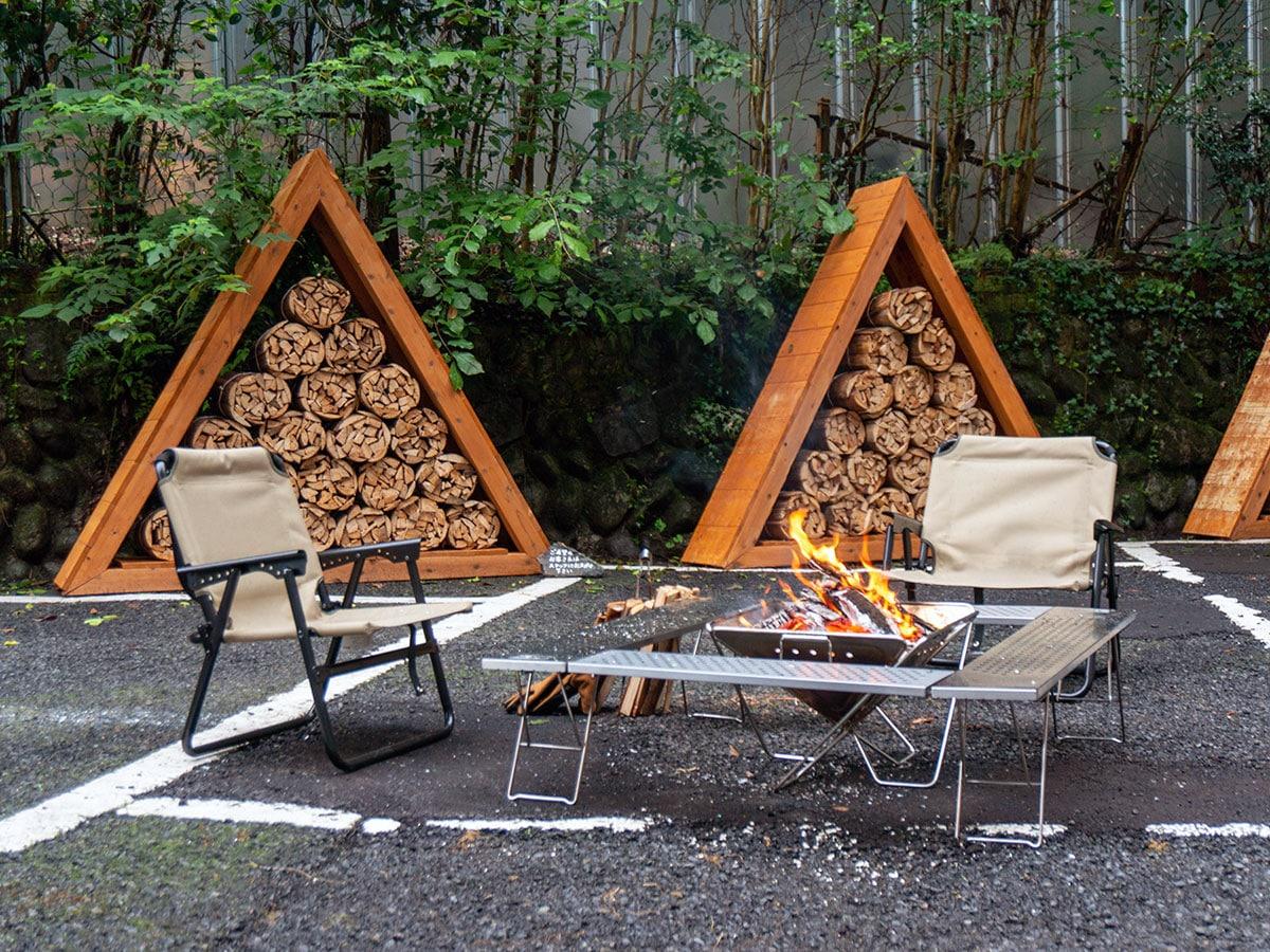 まきが用意された中庭では、火おこしやたき火などが楽しめる