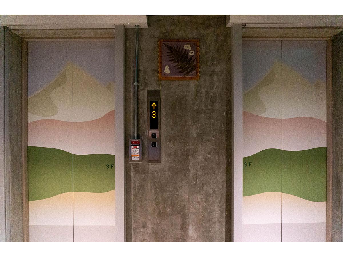 エレベーターには高尾山をモチーフにした装飾が施されている