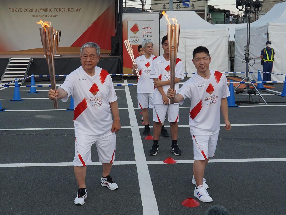 区間16人目の秋間利久さんから区間17人(組)目の東京都立南大沢学園バスケットボール部Bチームへ。代表は中安陸斗さん。