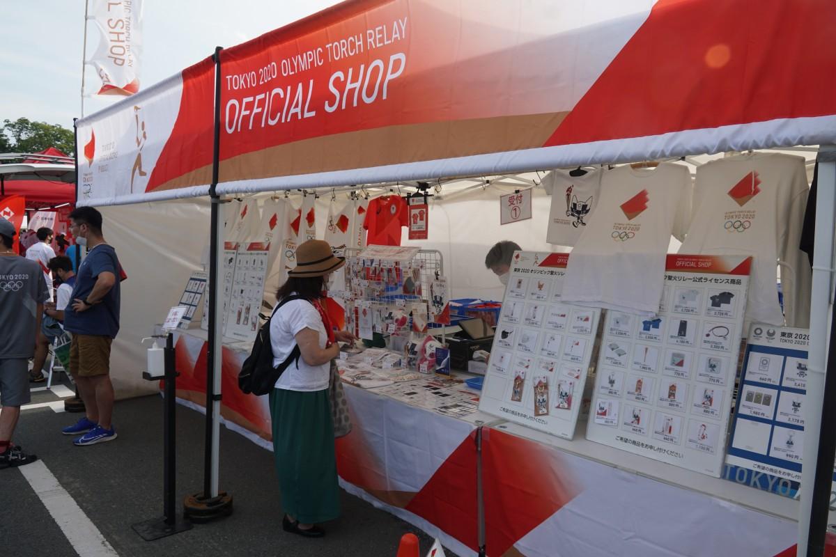 聖火リレーオフィシャルグッズの販売も行われた。