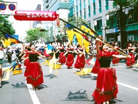 昨年のパレードの様子。今年はディズニーのキャラクターたちが福岡にもやってくる