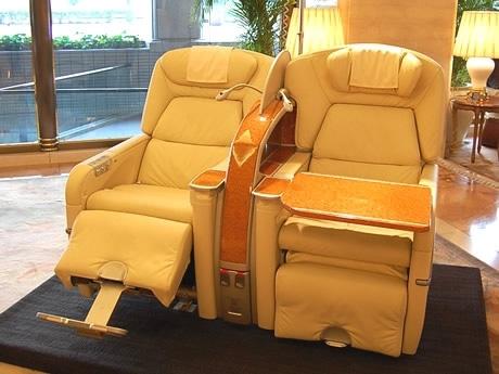 ホテル日航福岡のロビーで展示されたファーストクラスのシート。 宿泊客らの目を引いていた。