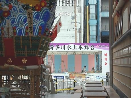 川端ぜんざい広場を通り抜けるとそこは「博多川水上本舞台」山笠の飾り山も展示されている