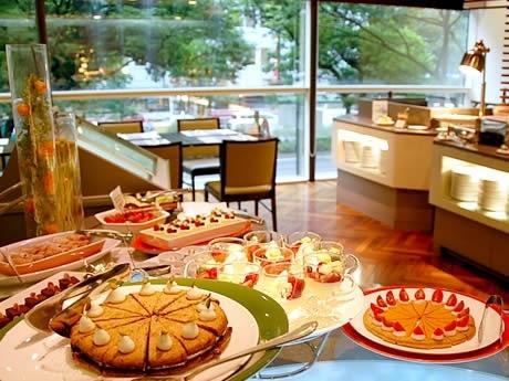 写真左手前は人気のピスタチオのケーキ マカロン風。大博通りのけやき並木を眺めながら、こだわりのイタリアンスイーツも10種類以上楽しめる。