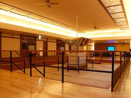 「岩盤癒家 美癒炉」の内部。開放感のある乾式岩盤浴フロアにオンドルゾーンと呼ばれる韓国伝統の床暖房、クールダウンルームにドリンクバーなど、設備も充実。