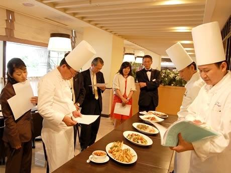7月中旬に行われたコンクールの最終審査の様子。提供される料理は、送られたレシピにシェフがアレンジを加え、グリルコーナーで出来たてが提供される。