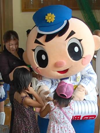「福岡」と書かれた法被と提灯を持つ、県警のマスコット「ふっけい君」。子どもたちにも大人気。