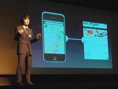 ステージ上でiPhoneのアプリのプレゼンをする学生。その発表も堂々としており、来場者は熱心に耳を傾けていた。