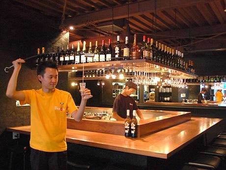 店内でベネンシアドールがシェリー酒を注ぐ演出も見もの。