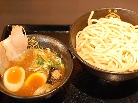 「博多元助」の特製つけ麺(1,000円)。21時間炊き上げた豚骨魚介スープに極太麺の組み合わせ。