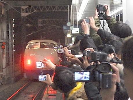 集まった多くのファンらは、車両が見えなくなるまでカメラで追い続けていた。