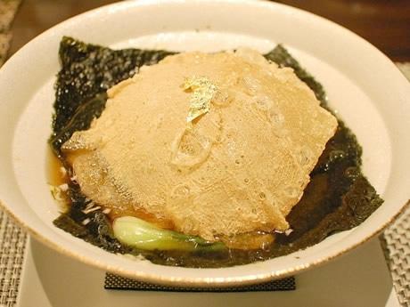 サクサクの湯葉の中にはボリューム満点の食材がたっぷり。湯葉が次第に柔らかくなっていき、2度の食感が楽しめる。