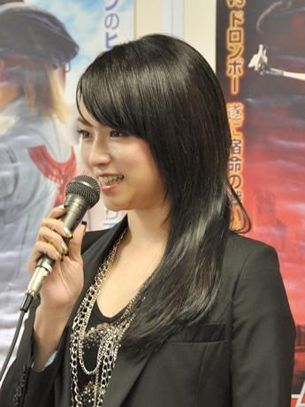 会見では柔らかなトーンで記者をわかせた深田さん。
