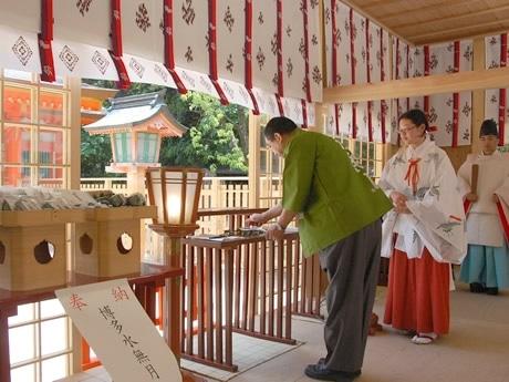 本殿の改修に入るため境内に建てられた仮拝殿で、今年の「博多水無月」が奉納された。