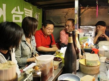 屋台で最終チェックをする「せーじ」さん、韓国のブロガー「記憶の向こう」さんとスタッフ。