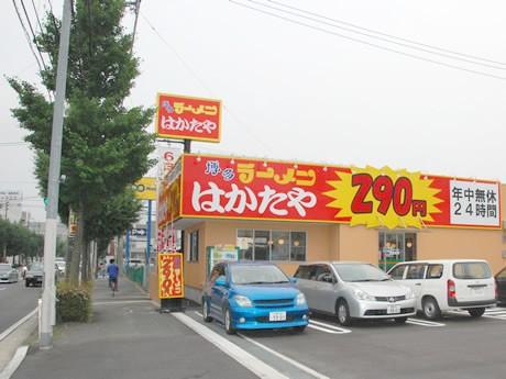 筑紫通り沿い、コマーシャルモール向かいにオープンした「博多ラーメン はかたや」の外観。連日多くの客で賑わっている。