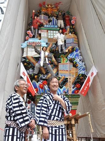 飾り山笠にはタンバリンを手にした武田さんや、母・イクさん、武田たばこ店や銀天町商店街が飾られている。