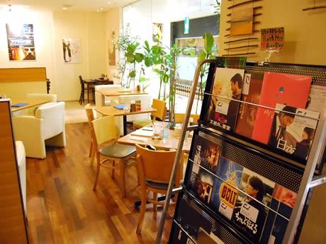 「カフェドルポ」店内にはチラシや閲覧が自由な非売品プレスシートが並ぶ
