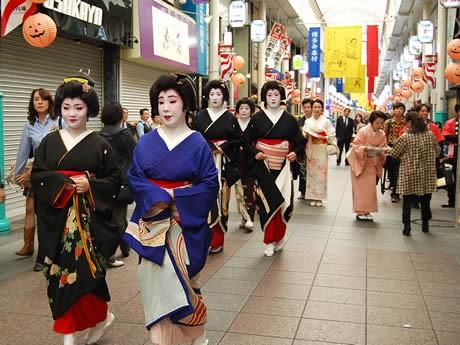 博多券番の芸妓衆が博多の街を練り歩き