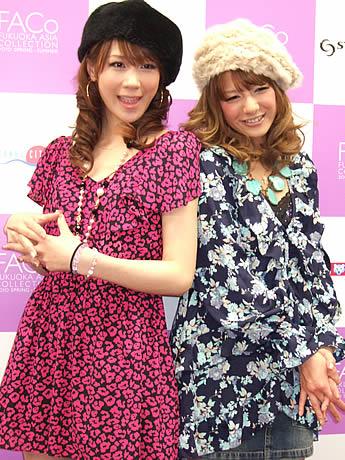イベントに出演するスザンヌさん(右)、相沢まきさん