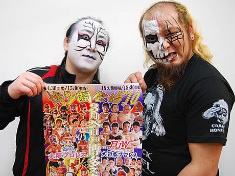 大阪プロレスの松山勘十郎さん(左)と大日本プロレスの黒天使沼澤邪鬼さん