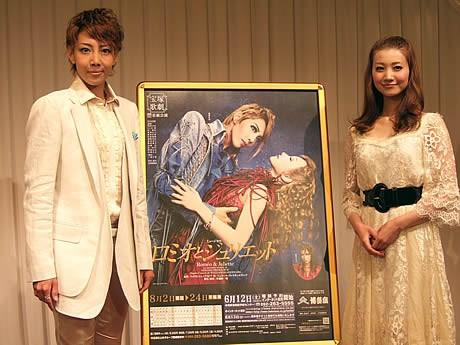 柚希礼音さん(左)と夢咲ねねさん