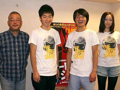 (左から)井筒和幸監督、ジャルジャルの後藤淳平さん、福徳秀介さん、ちすんさん