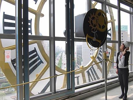 5階フロアから見た大時計の裏側。大博通り、博多港が一望できる