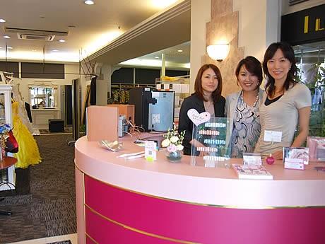 (左より)ブライダルの山田さん、エステの和田さん、ネイルの高橋さん